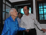 104岁国际友人回访成都出生医院
